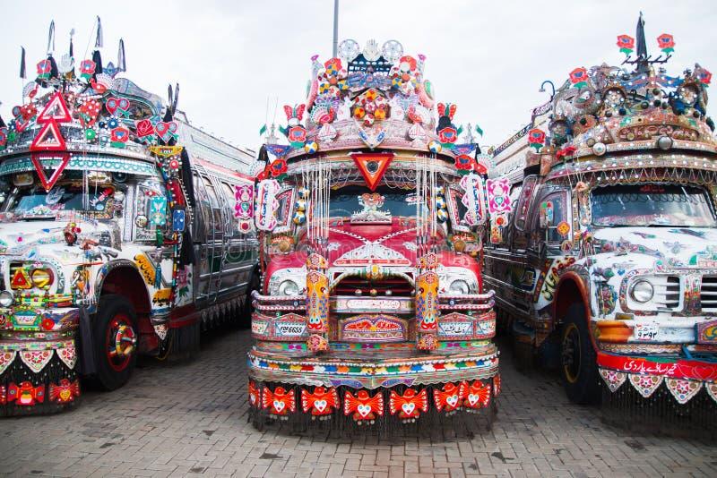 Voorkant van een Pakistaanse traditionele bus stock fotografie