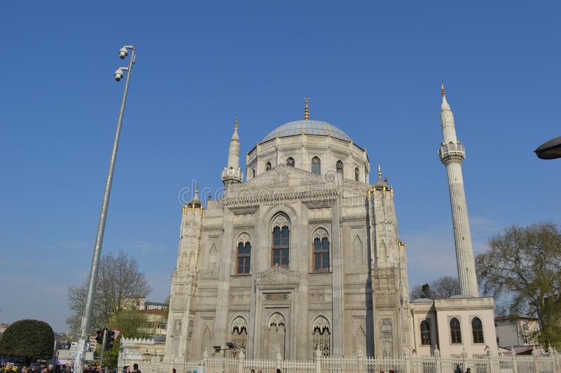 Voorkant van Pertevniyal Valide Sultan Mosque, Istanboel, Turkije stock afbeelding