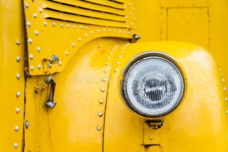 Voorlichten van gele schoolbus in uitstekende stijl royalty-vrije stock afbeeldingen