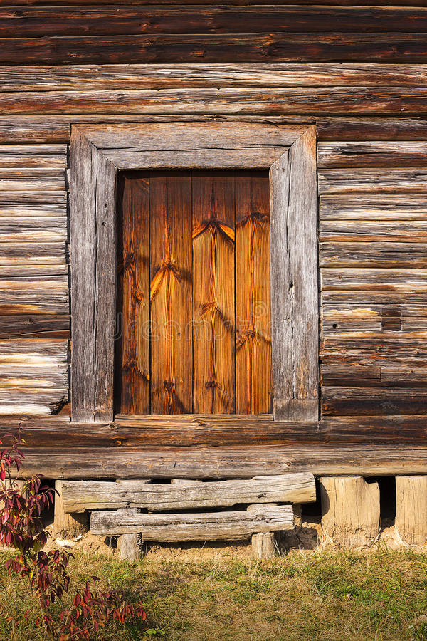 Voorportiek, deur van oud rustiek logboekhuis of cabine royalty-vrije stock foto