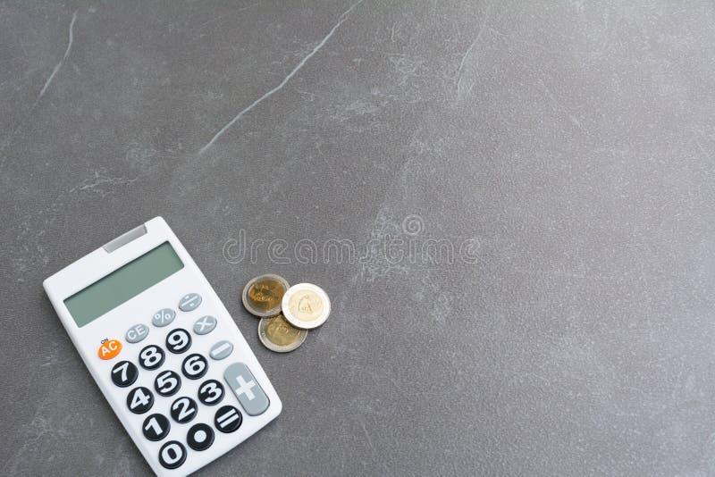 Voorraad financiële indexen met stapelmuntstuk en calculator en exemplaar royalty-vrije stock afbeelding