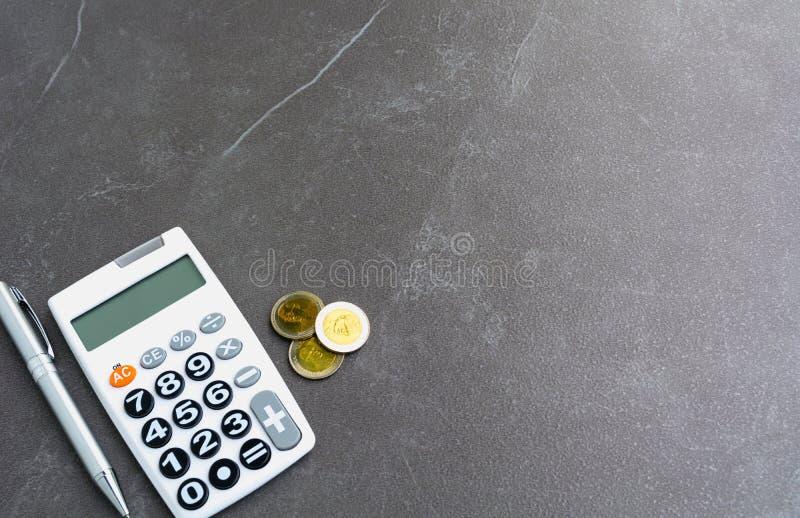 Voorraad financiële indexen met stapelmuntstuk en calculator en exemplaar stock afbeelding