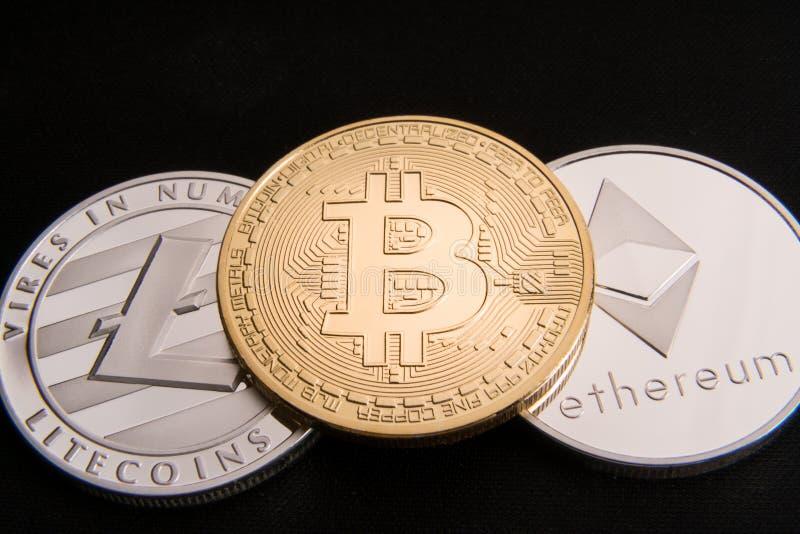 Voorraad van fysiek bitcoins, btc, bitcoin, ethereum, litecoins, gouden en zilveren muntstukken, cryptocurrencyconcept royalty-vrije stock afbeeldingen