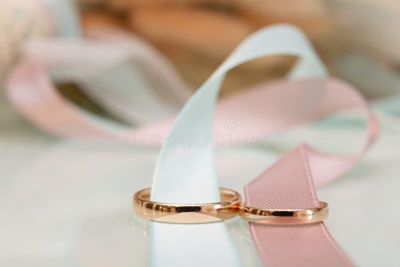 voorraadbeeld van de ringen en het lint royalty-vrije stock afbeeldingen