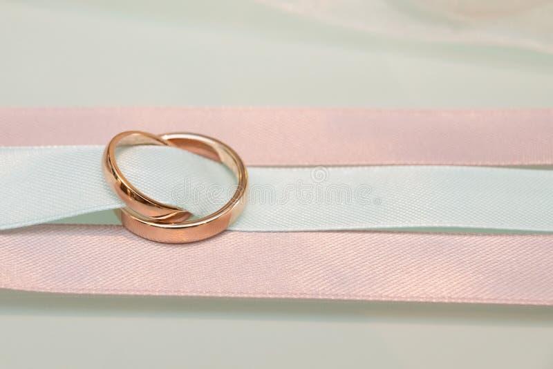 voorraadbeeld van de ringen en het lint stock foto