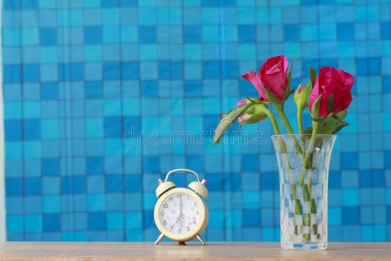 Voorraadfoto: Bos van roze rozen in vaas met roze gift en blan stock foto