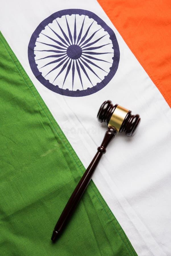 Voorraadfoto die Indische laag en jurisdictie tonen - Indische nationale vlag of tricolour met houten hamer die concept wet binne royalty-vrije stock afbeeldingen
