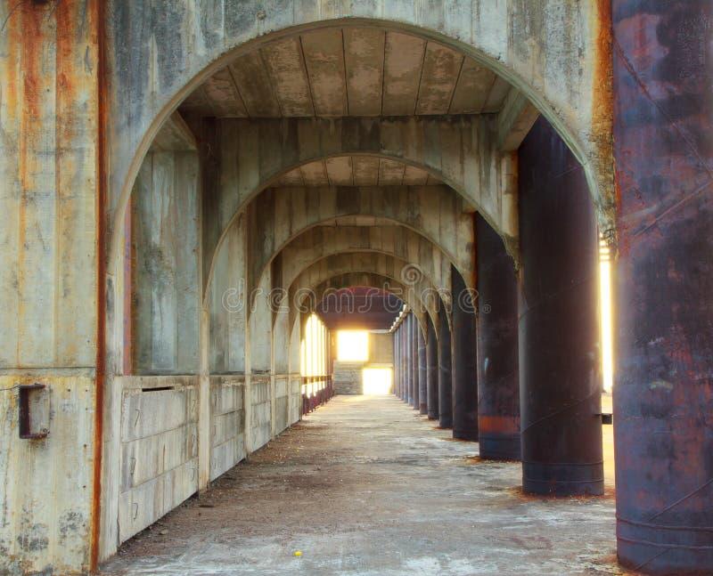 Voorraadfoto - gang van concrete pijlers met perspectief afd. stock fotografie
