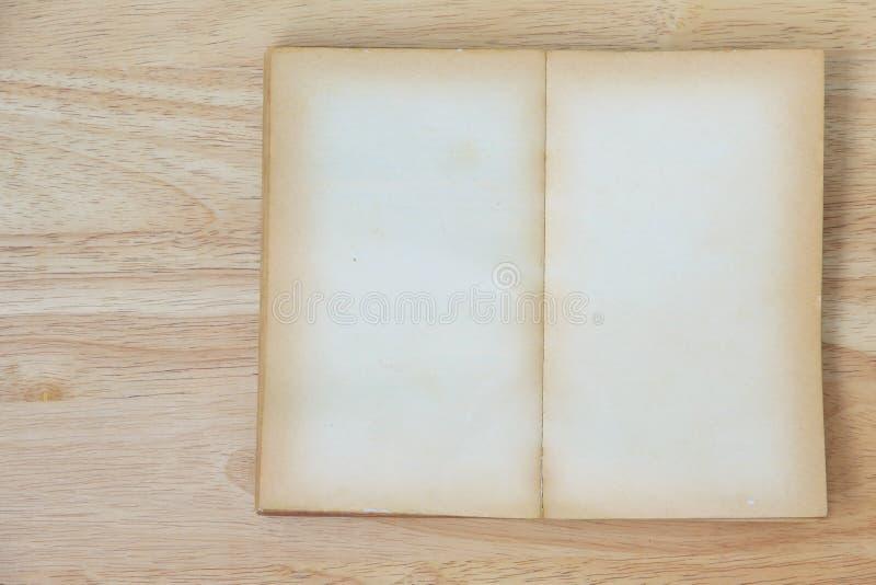 Voorraadfoto: Open Boekspatie op oude houten achtergrond royalty-vrije stock afbeeldingen