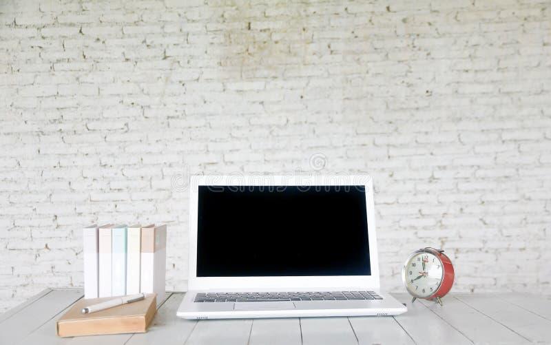 Voorraadfoto: Vooraanzicht van laptop op houten lijst in oud bureau i royalty-vrije stock afbeelding