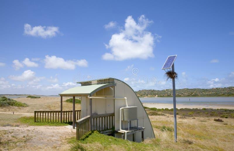 Voorraadfoto Zonne Aangedreven Droog het Bemesten Bush Toilet met Vogel N stock foto