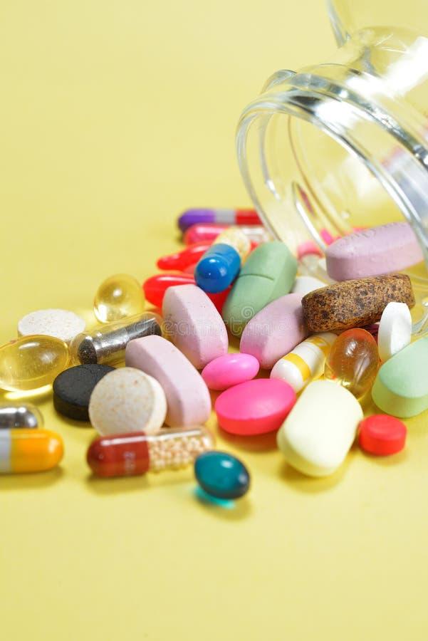 Voorschriftpillen en de Drugs die van het Geneeskundemedicijn uit een fles morsen stock foto