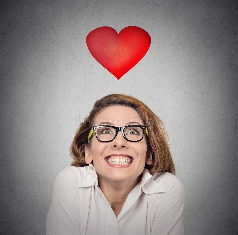 Voorstelanticiperen Funky vrouw op liefde grijze achtergrond stock foto's