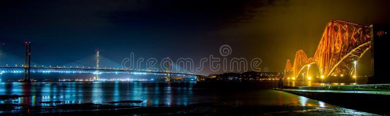 Vooruit Spoorbrug en Queensferry die bij nacht kruisen stock foto