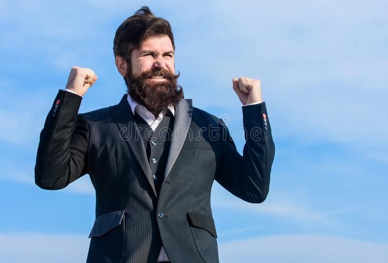 vooruitgang Rijpe hipster met baard Gebaarde mens gelukkig over vooruitgang Toekomstige succes en vooruitgang Mannelijke formele  royalty-vrije stock foto's