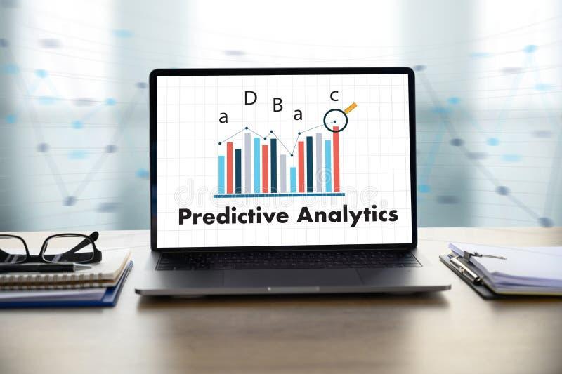 Vooruitlopende Analytics-Zakenman die bij bureau werken en computer en voorwerpen, koffie, hoogste mening gebruiken stock fotografie