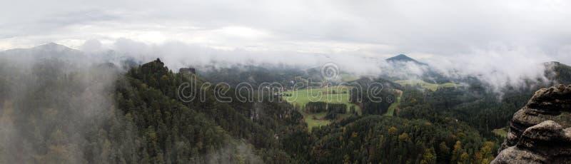 Vooruitzicht van Vileminina-stena rotsachtige vorming dichtbij Jetrichovice in het nationale park van Ceskosaske Svycarsko stock afbeeldingen
