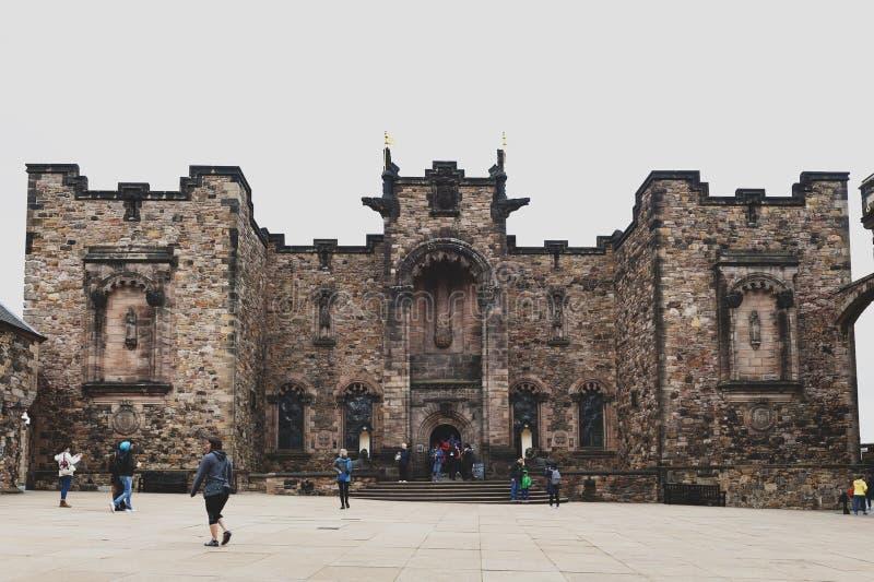 Voorvoorgevel van Schots Nationaal Oorlogsgedenkteken tegenover Royal Palace bij Kroonvierkant binnen het Kasteel van Edinburgh,  royalty-vrije stock foto