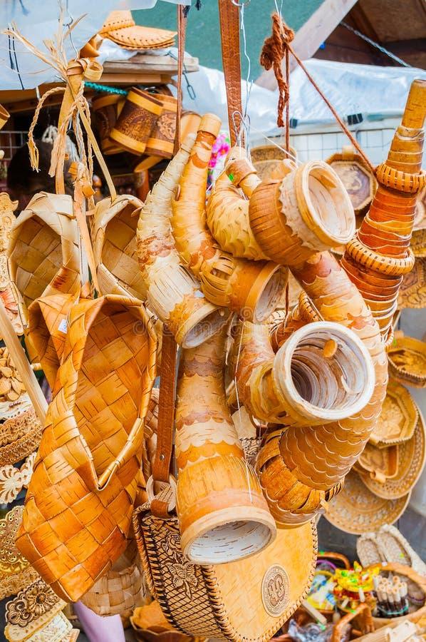Voorwerpen van berkeschors met diverse vormen en patronen worden gemaakt - herinneringshandel in Veliky Novgorod, Rusland dat stock foto's