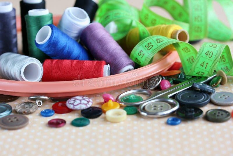 Voorwerpen voor handwerk en het naaien: knopen, draden, hoepels en s royalty-vrije stock foto's