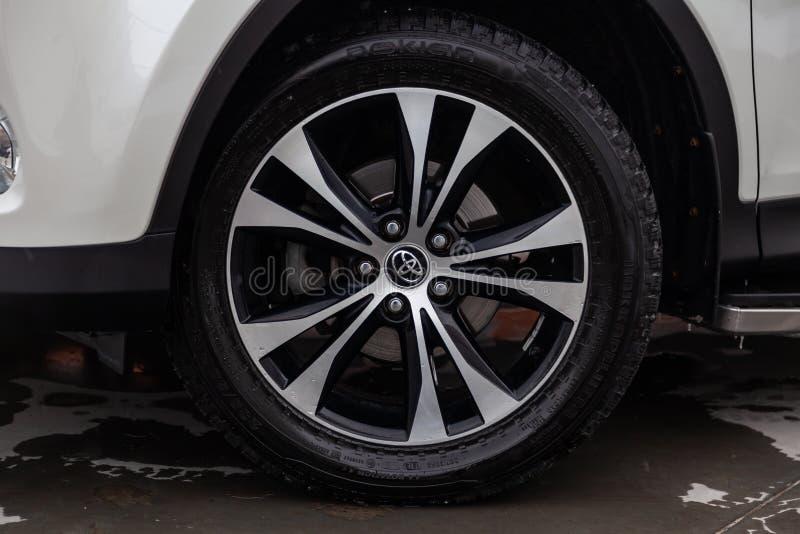 Voorwielmening van het jaar van Toyota RAV4 2015 in witte kleur na het schoonmaken vóór verkoop op parkeren Autodienstenindustrie royalty-vrije stock foto's