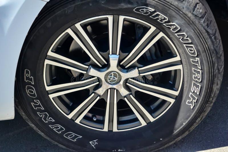 Voorwielmening van Toyota Land Cruiser 2013 jaar in witte kleur na het schoonmaken v??r verkoop op parkeren Autodienstenindustrie royalty-vrije stock foto's