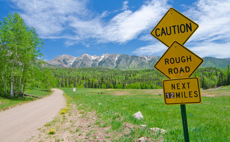 Voorzichtigheid: Ruwe Verkeersteken in San Juan Mountains in Colorado stock foto's