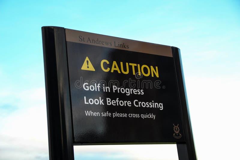 Voorzichtigheidsuithangbord bij St Andrews Golf Course Scotland stock afbeelding