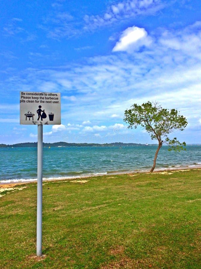 Voorzie bij het strand van Pasir Ris, Singapore van wegwijzers stock afbeelding