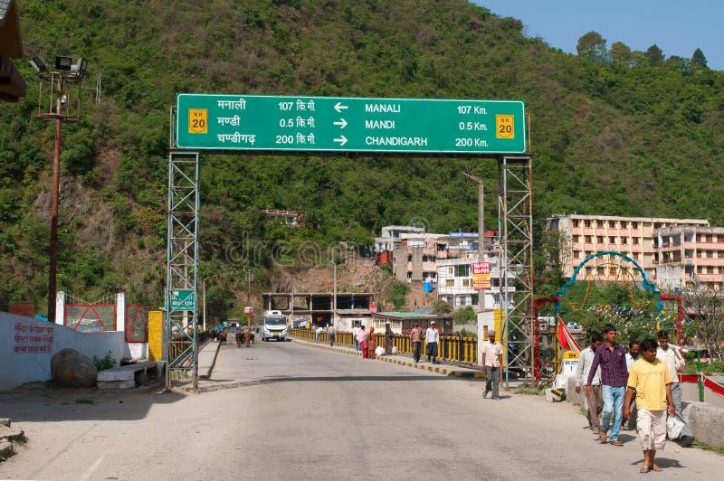 Voorzie op de stadsbrug van wegwijzers over de Beas rivier Mandi, India stock foto's