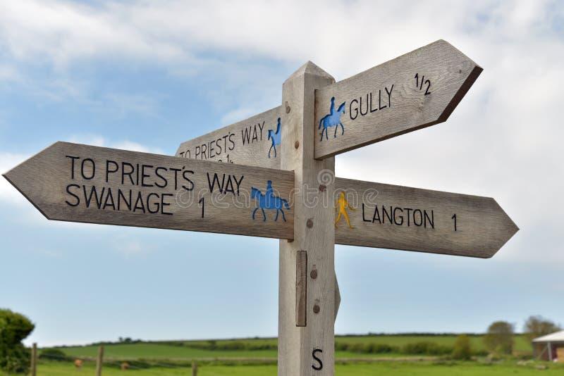 Voorzie op kustweg van wegwijzers dichtbij Durlston royalty-vrije stock afbeelding