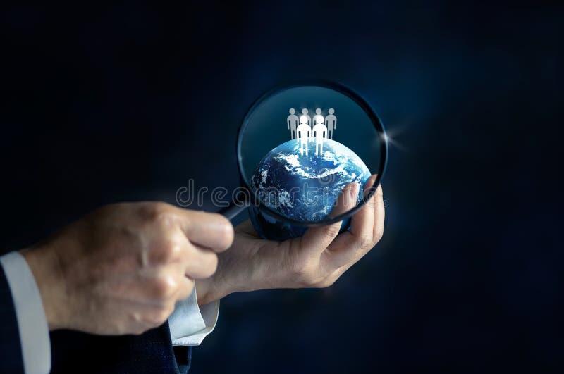 Voorzien van een netwerk en rekrutering - Zakenman met vergrootglas, klantrelatiebeheer (CRM) stock afbeelding