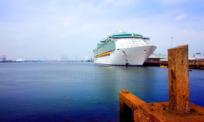 Voorzijde en kant van cruiseschip royalty-vrije stock foto
