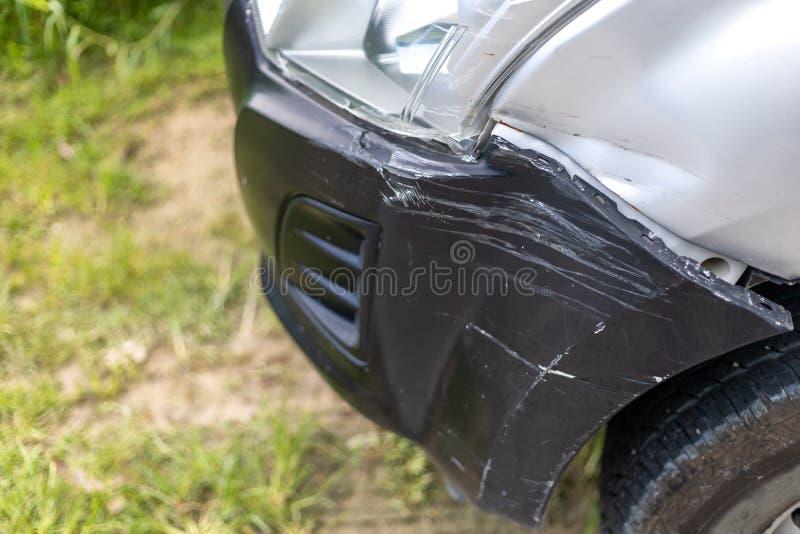 Voorzijde van auto die per toeval op de weg wordt beschadigd royalty-vrije stock fotografie