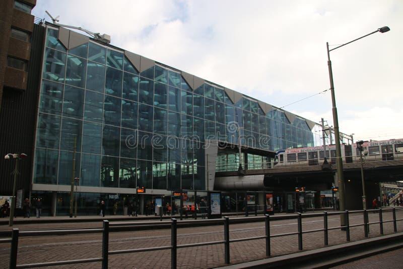 Voorzijde van centrale post van Den Haag met het aankomen tram in Nederland royalty-vrije stock foto