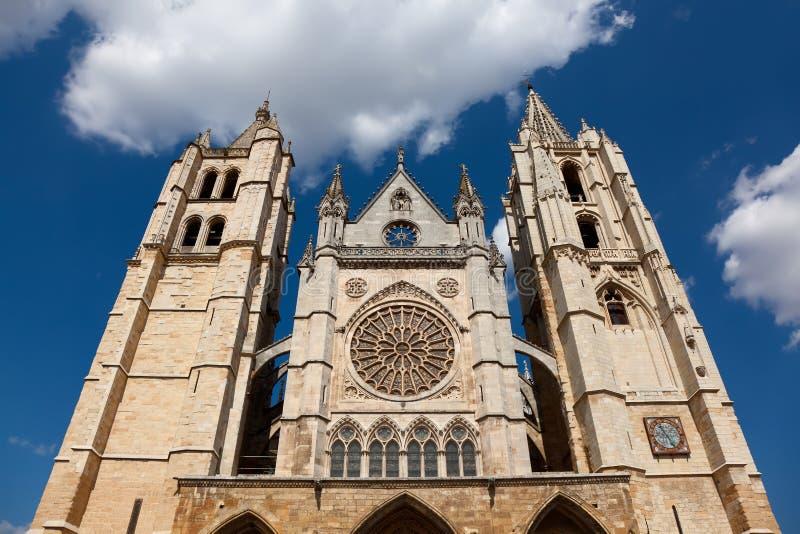 Voorzijde van de kathedraal van Leon stock foto's
