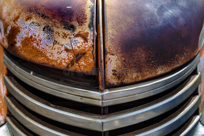 Voorzijde van doorstane oude vrachtwagenradiator royalty-vrije stock afbeelding