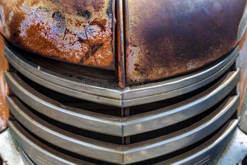 Voorzijde van doorstane oude vrachtwagenradiator stock afbeelding