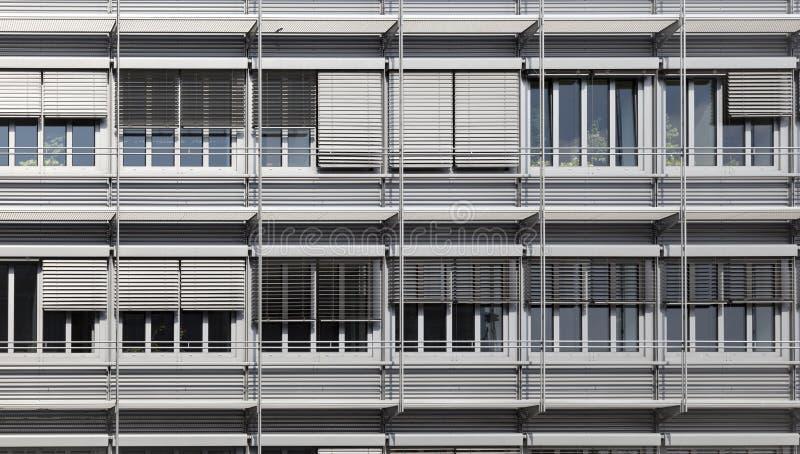 Voorzijde van een modern bureaugebouw stock foto