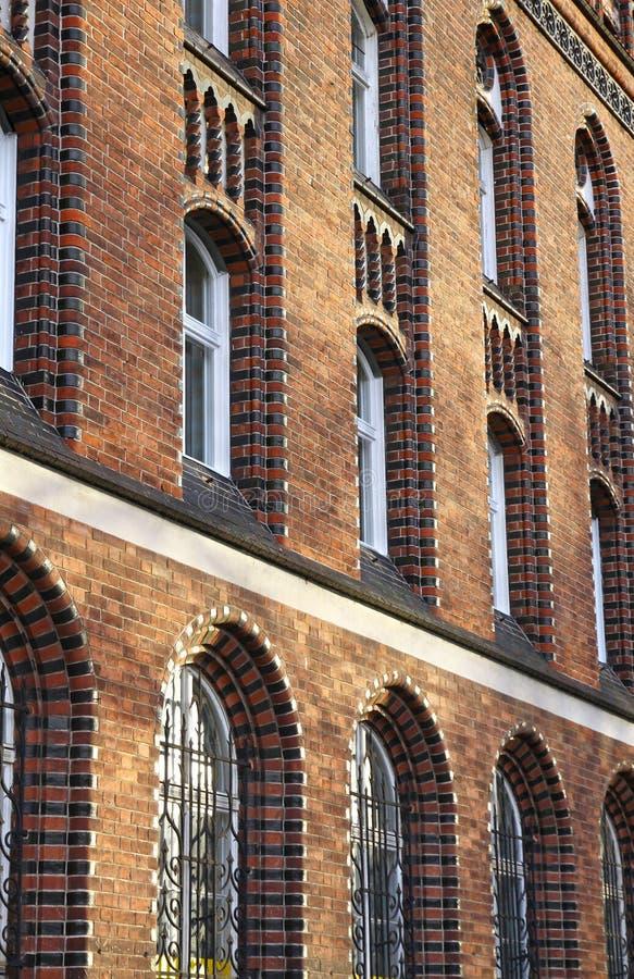 Voorzijde van een oud gotisch-stijlgebouw royalty-vrije stock foto's
