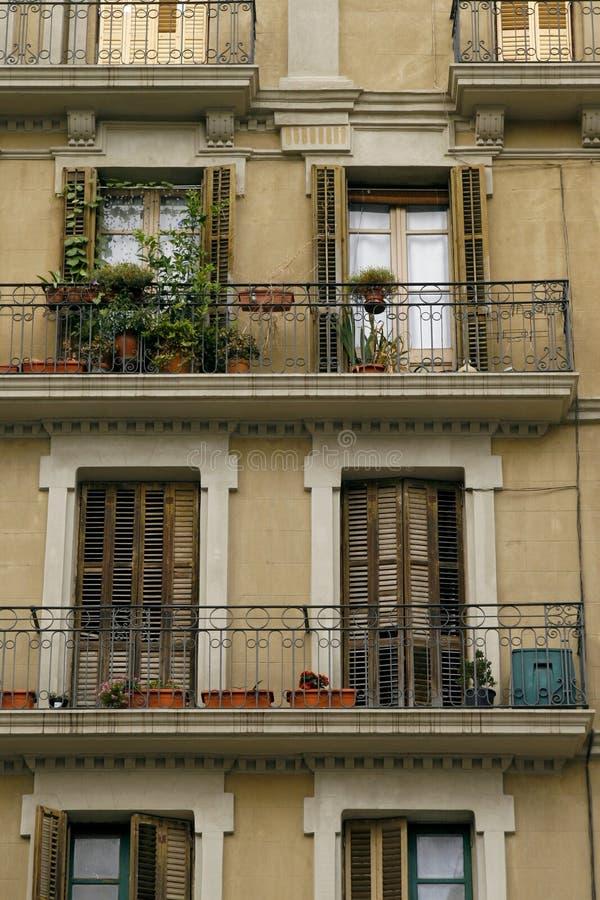 Voorzijde van een oud huis in Barcelona, Spanje royalty-vrije stock fotografie
