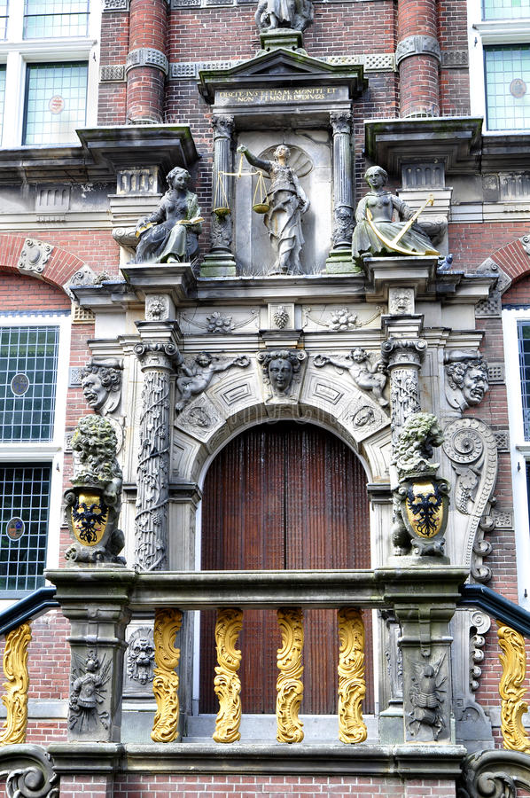 Voorzijde van een Renaissancegebouw met symbolische hulpdecoratie stock fotografie