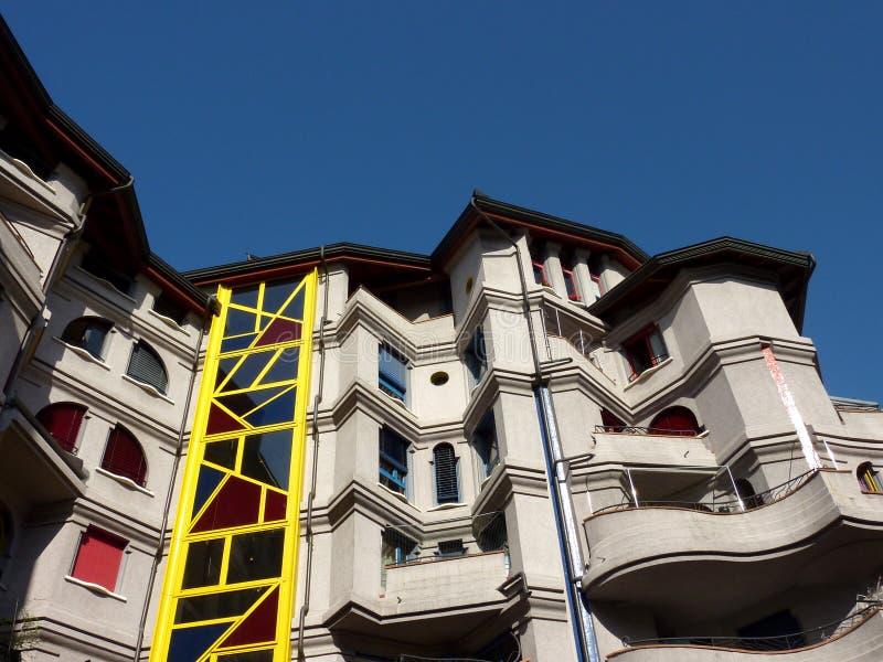 Voorzijde van een zonderling gebouw stock afbeeldingen