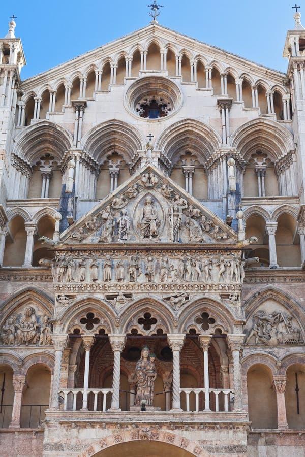 Voorzijde van Ferrara Kathedraal, Italië stock foto's