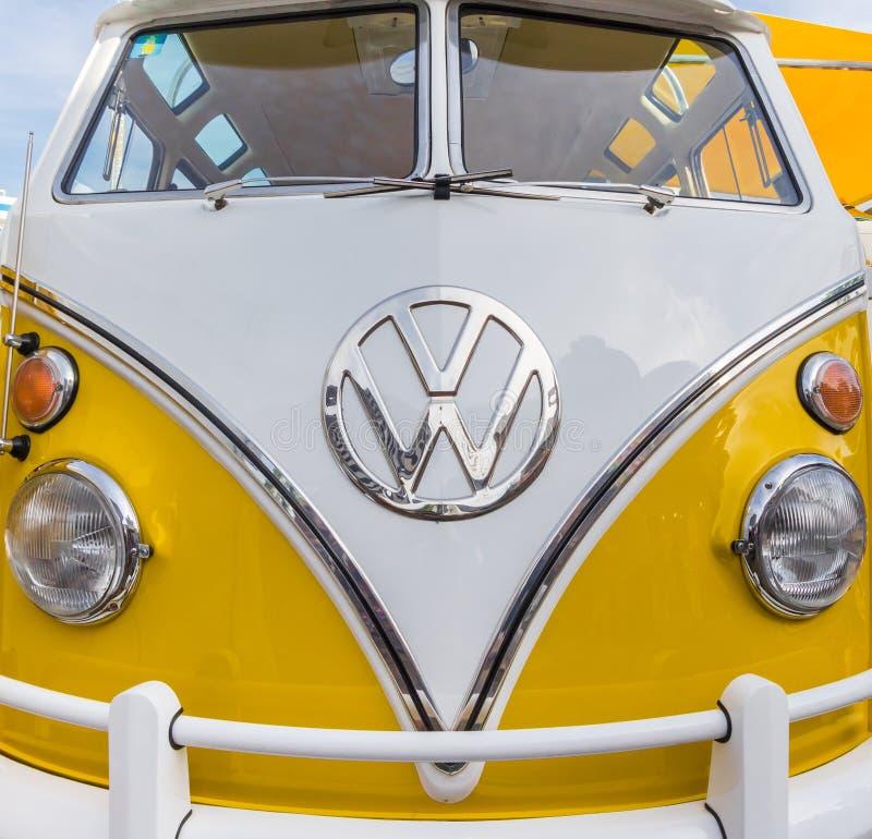 Voorzijde van glanzend klassiek geel Volkswagen stock afbeelding