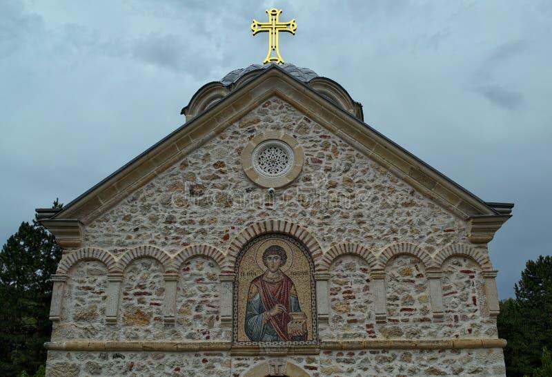 Voorzijde van het hoofdklooster Staro Hopovo van de steenkerk in Servië stock afbeeldingen
