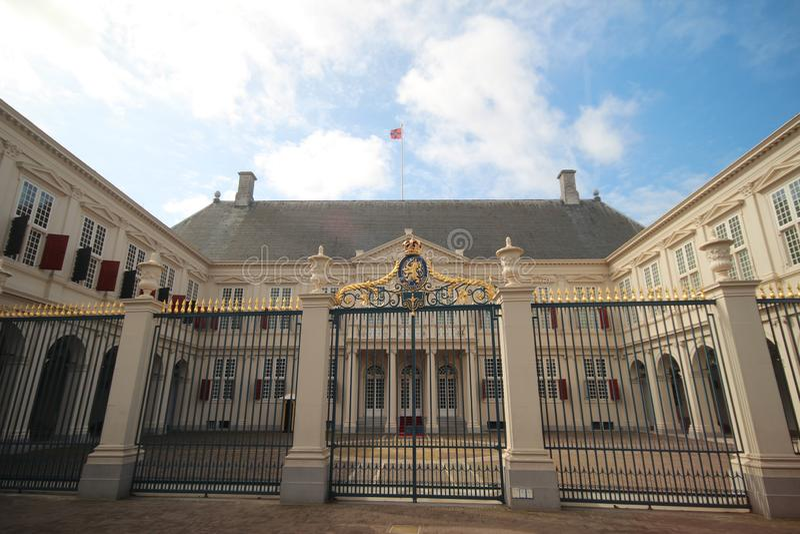 Voorzijde van het werkende paleis Noordeinde van koning Willem Alexander in Den Haag The Hague in Nederland met kam stock foto's