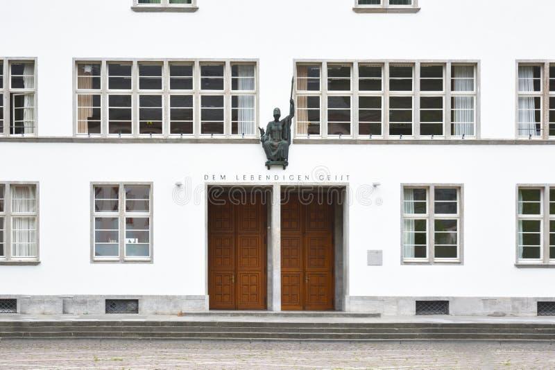 Voorzijde van hoofdgebouw van ruprecht-Karls-Universiteit met standbeeld van Roman godin van wijsheid Minerva boven enterance royalty-vrije stock afbeeldingen