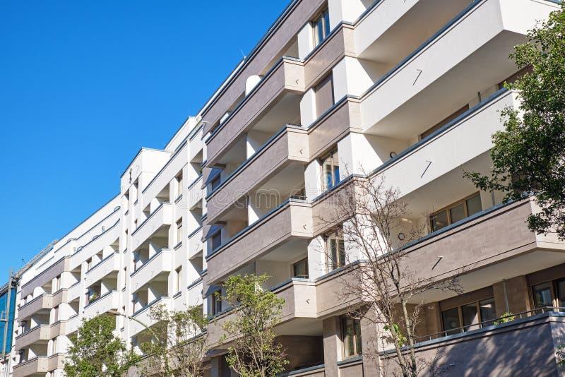 Voorzijde van nieuwe flatgebouwen stock afbeelding