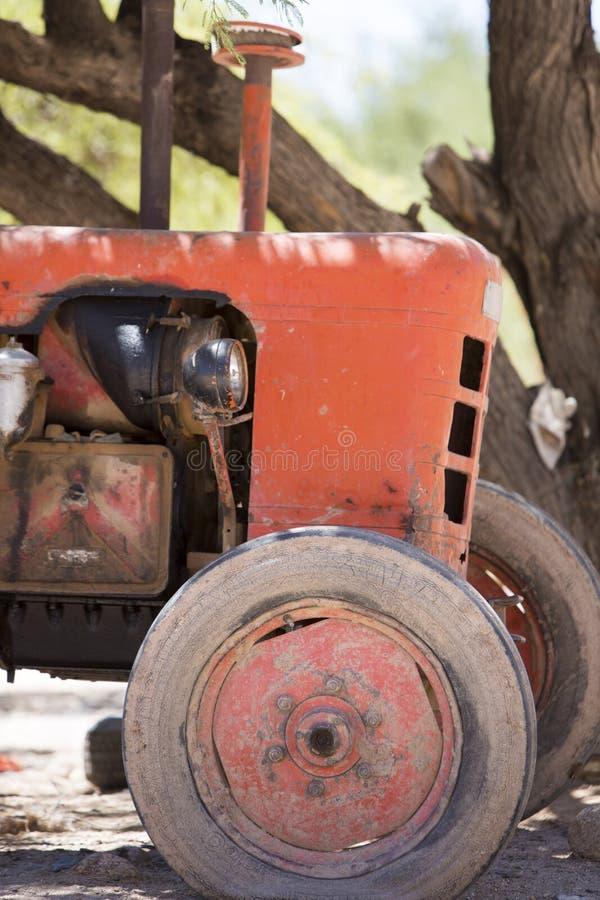 Voorzijde van oude die landbouwbedrijftractor in Salta Argentinië wordt verlaten royalty-vrije stock foto's